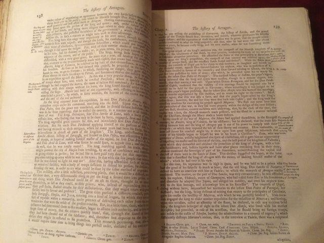 El voluen no tiene imágenes sino texto solamente en sus páginas, con diversas anotaciones. FOTO: J.M.G.