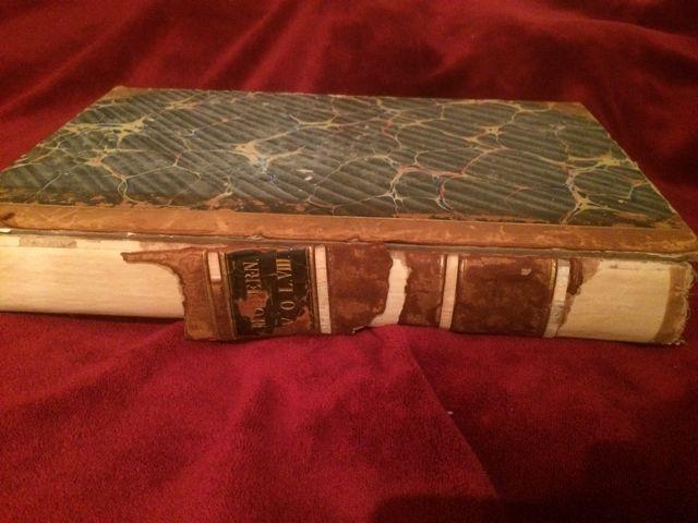 Este ejemplar del XVIII tiene problemas en el canto y en las tapas, que están sueltas. La calidad del papel es muy aceptable por su limpieza. FOTO: J.M.G.