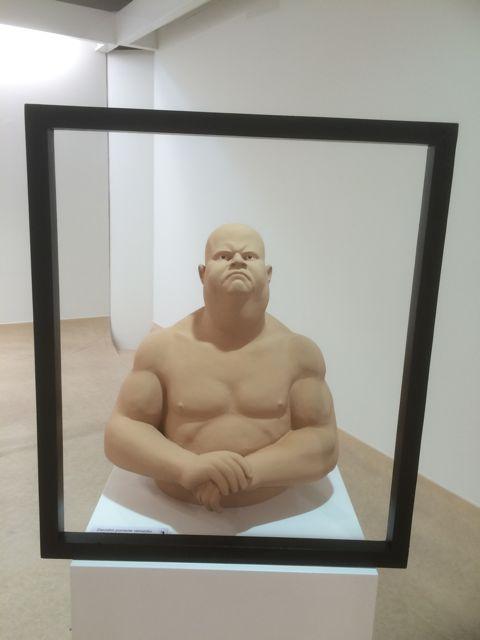 Otro personaje robusto posa ensimismado y parece no sentirse conforme con la imagen que le muestra el espejo... FOTO: J.M.G.