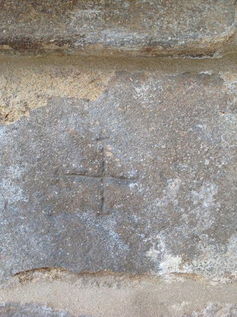 Una cruz por marca de cantero en las cubiertas de la basílica. FOTO: J.M.G.