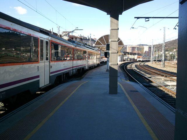 Estación de Ourense con el regional a Vigo. FOTO: J.M.G.