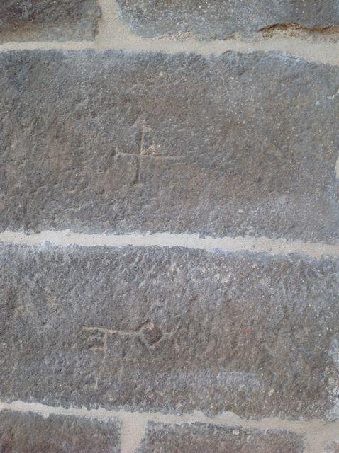Dos bloques firmados, uno con una cruz; el otro con una llave. FOTO: J.M.G.