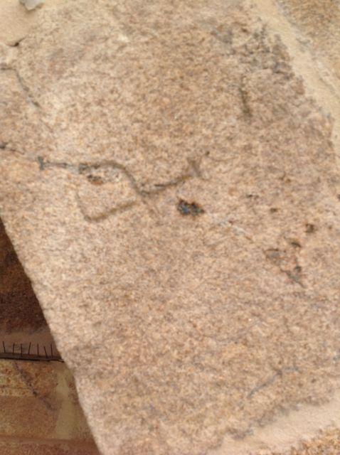 Una P invertida en un arco entre contrafuertes en la cabecera. FOTO: J.M.G.