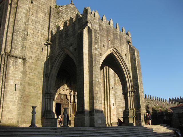 El magnífico portal gótico está protegido por otro de planta cuadrangular que tiene tres grandes arcos apuntados. FOTO: J.M.G.