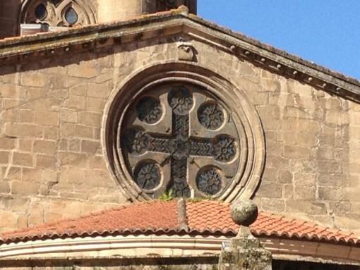 Rosetón en la capilla mayor de la catedral, con ocho rosetas que le aportan movimiento en su permanencia, la del gran círculo que todo lo engloba. FOTO: J.M.G.