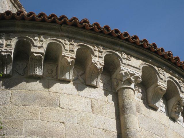Canecillos en la cabecera de la iglesia monacal de Santo Estevo. FOTO: J.M.G.