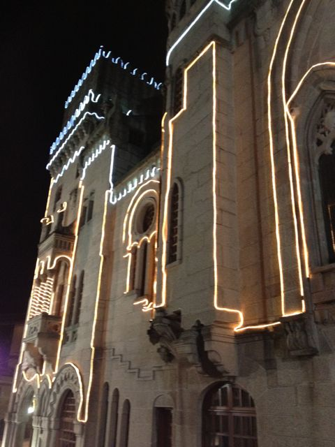 Iluminación festiva del edificio del Concello en las fiestas patronales de septiembre. FOTO: J.M.G.
