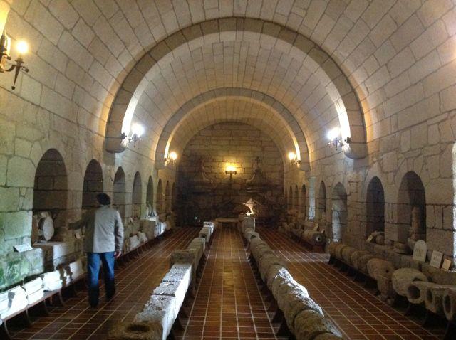 El museo se halla ubicado en una sala abovedada que quizá fuese destinada a bodega en otro tiempo. FOTO: J.M.G.