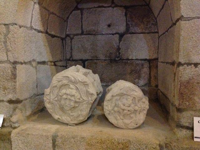 Otras dos claves de bóveda representando caras. FOTO: J.M.G.
