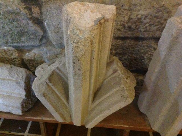 Otra curiosa pieza que nos muestra un enjarje de nervios de una bóveda posiblemente compleja en su crucería. FOTO: J.M.G.
