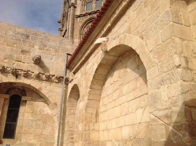 Arcos que unen contrafuertes en el muro sur de la capilla mayor catedralicia y ángulo con el brazo sur del crucero. FOTO: J.M.G.