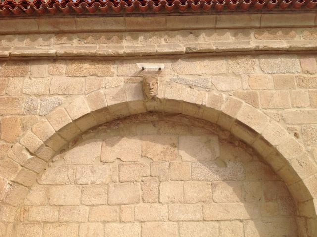 Detalle de uno de los arcos que unen los contrafuertes del muro sur de la capilla mayor. En su clave se ve una cabeza humana. FOTO: J.M.G.