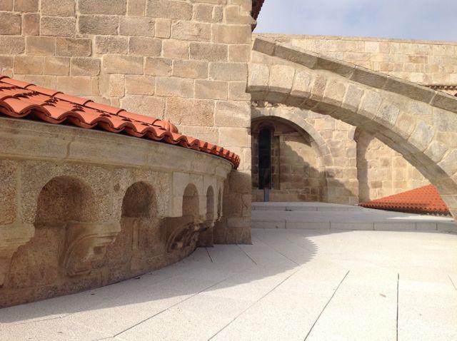 Perspectiva del lado norte de la capilla mayor que busca su unión con el brazo norte, muro oriental, del crucero. Véase de nuevo un arbotante. FOTO: J.M.G.