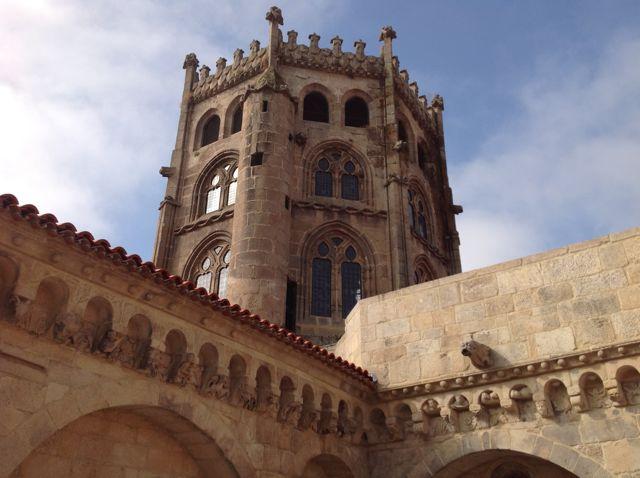 El majestuoso cimborrio de Rodrigo de Badajoz preside el paisaje sobre la unión de la capilla mayor con el brazo norte del crucero. FOTO: J.M.G.