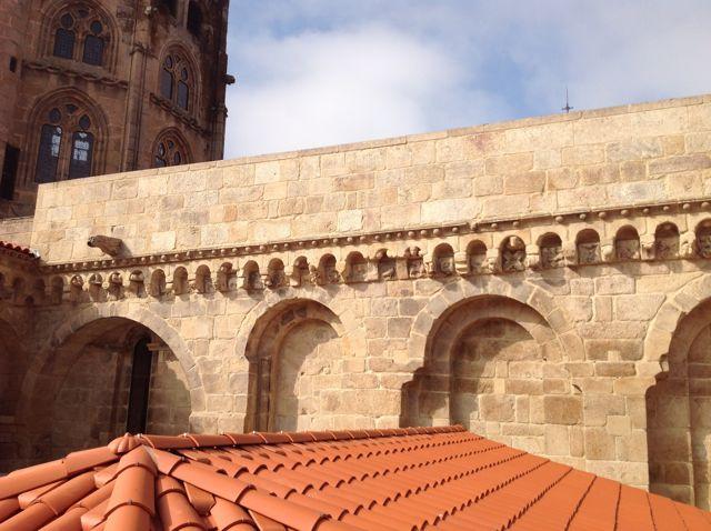 La imagen muestra la armonía del muro oriental del brazo norte del crucero, con los arcos que van uniendo los contrafuertes al modo compostelano y el alero ricamente decorado. FOTO: J.M.G.