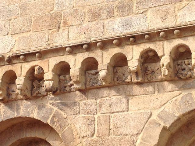 Mád detalles de la riquísima ornamentación escultórica de la parte más antigua del templo catedralicio ourensano. Cuadrifolios en las metopas, vida en los canecillos... FOTO: J.M.G.