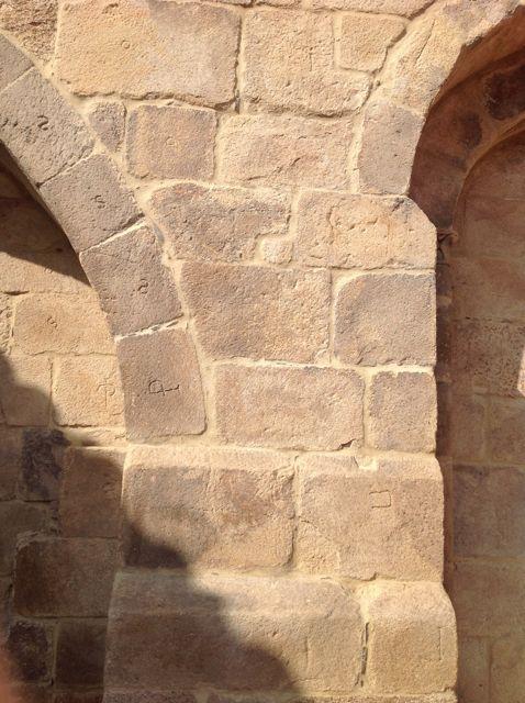 Varias marcas de cantero en otro arco externo del templo, en la cabecera. FOTO: J.M.G.