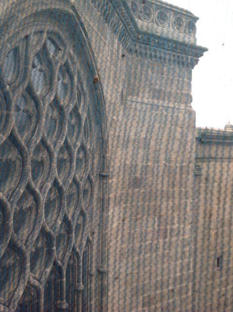 El espectacular vano flamígero de la cercana capilla de San Juan también forma parte del simbolismo de la luz. Conserva fragmentos de vidrieras, aunque carece de la forma circular. FOTO: J.M.G.