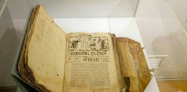 En las vitrinas hay textos de ordenanzas desde el XVI al XIX. FOTO: J.M.G.