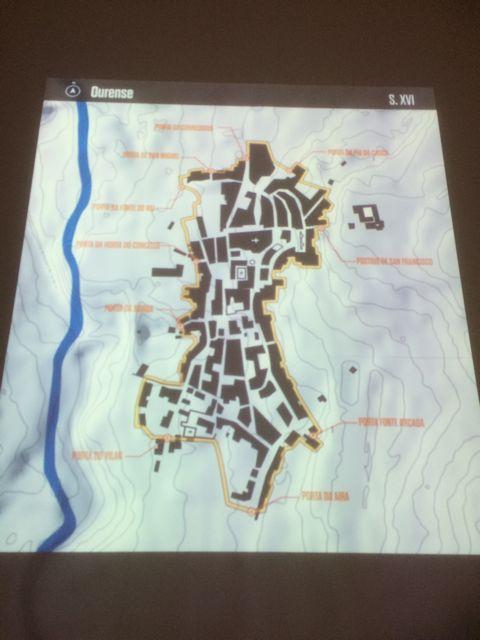 Plano con el vídeo que va mostrando la evolución de la planta de la ciudad desde el XVI al XX. FOTO: J.M.G.