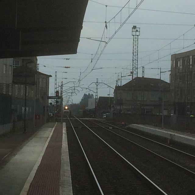 Esta imagen tomada el lunes, 7, muestra el tren procedente de Valença llegando a la estación porriñesa con las barreras del paso a nivel sin bajar. FOTO: J.M.G.