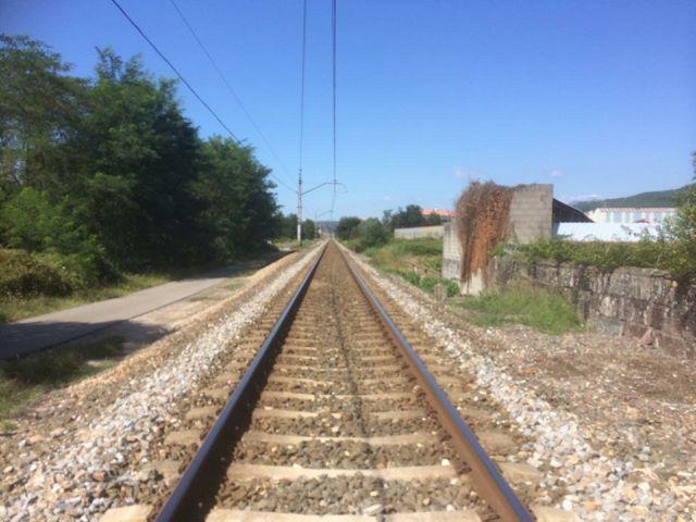La kilométrica recta de As Gándaras, que empieza o termina en la estación de O Porriño, en la que algunos trenes llegan a alcanzar los 155 kilómetros por hora. FOTO: J.M.G.