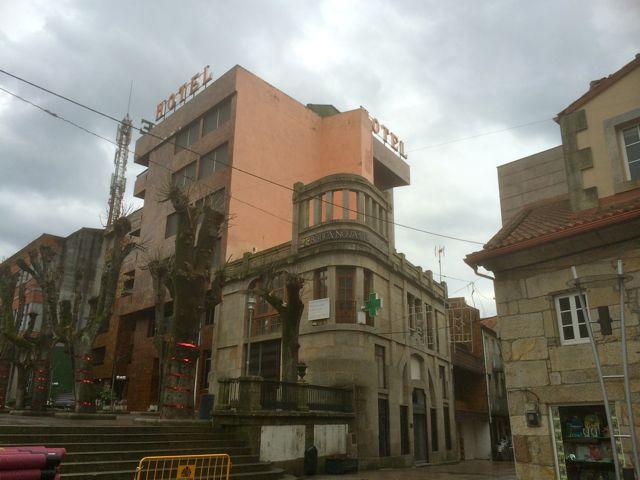 Vista del edificio histórico afeado por la mole hotelera que lo sobrepasa en altura restándole prestancia. FOTO: J.M.G.