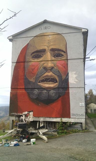La imagen de la máscara local adorna una fachada lateral del edificio de viviendas de maestros. FOTO: Cedida.