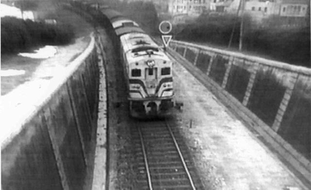 Locomotora 1.800 accediendo al túnel de San Francisco por el lado A Coruña. Luce los colores originales de finales de los años 50. FOTO: Carrileiros Foula