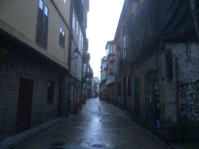 Todavía en nuestros días esta calle sigue siendo oscura y estrecha aunque perdió los voladizos pronunciados de sus viejos edificios. FOTO: J. M.G.