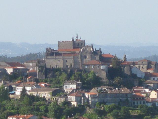 Complejo catedralicio de Tui, desde las murallas de Valença, donde los canónigos portugueses se estalecieron nombrando a un administrador que les hiciera de obispo. FOTO: J.M.G.
