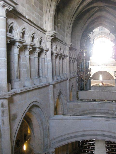 Tramos de nave central con el triforio que discurre sobre la galería de arcos que dan paso a la nave lateral norte. FOTO: J.M.G.