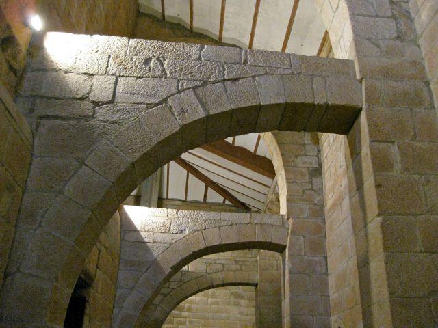 Interior de la tribuna por el lado norte donde se aprecian arcos que a modo de arbotantes aguantan la presión de la elevada bóveda de la nave mayor. FOTO: J.M.G.