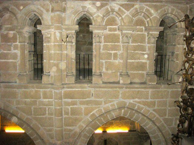 Vista de los arcos que configuran el triforio, en grupos de cuatro con los dos centrales tapiados. FOTO: J.M.G.