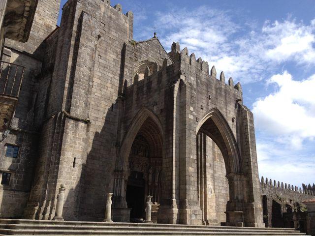 A finales del siglo XIV varios canónigos portugueses de la catedral de Tui abandonaron esta para instalarse en Valença do Minho y celebrar el oficio coral en la iglesia de San Esteban que acabaría siendo colegiata. FOTO: J.M.G.