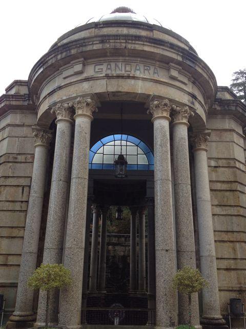 Las columnas de la Fonte da Gándara, en el Balneario de Mondariz, son las primeras muestras de granito pulido que empleó Palacios. FOTO: J.M.G.