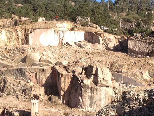 Una vista de las canteras de Atios, de las que Palacios extrajo la piedra que necesitaba para sus construcciones. FOTO: J.M.G.