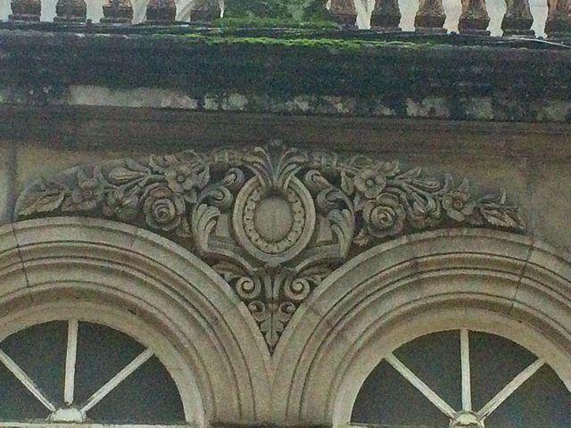Detalle ornamental entre dos arcos de los pabellones que sobresalen en la fachada principal. FOTO: J.M.G.