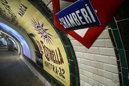 Detalle de la estación visitable de Chamberí, con sus azulejos originales y carteles de los años sesenta. FOTO: Metro de Madrid.