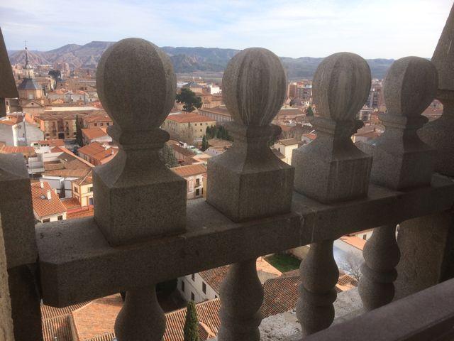 Balaustrada de granito que adorna al exterior el último cuerpo del campanario. FOTO: J.M.G.