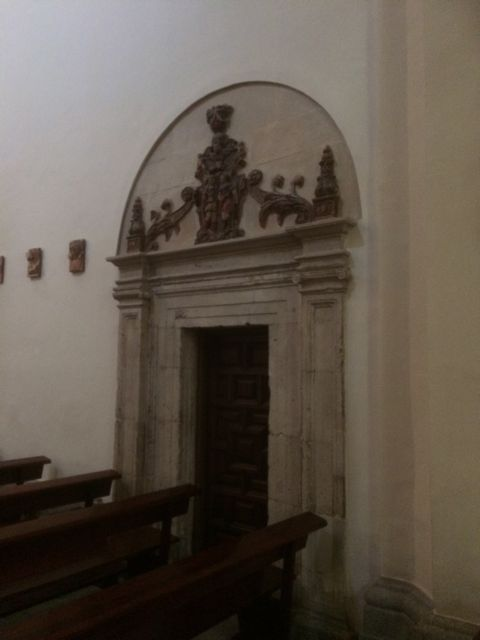 Primer plano de la puerta, de elegante diseño por parte de Rodrigo GIl de Hontañón. FOTO: J.M.G.
