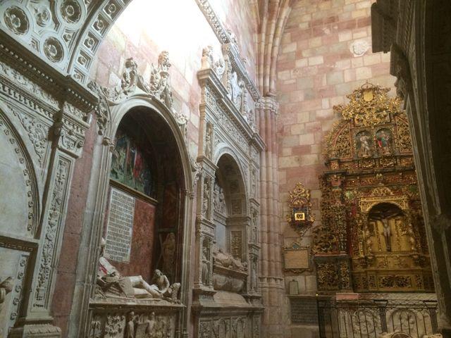 Vista de la capilla como contenedor de espléndidos sepulcros renacentistas. FOTO: J.M.G.