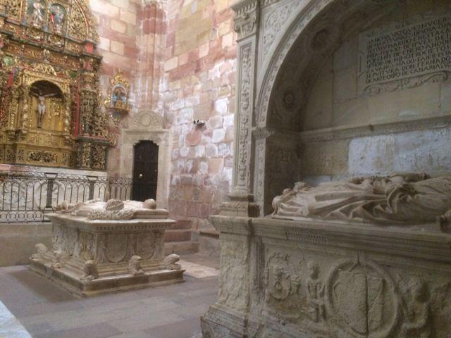 Otra perspectiva de la capilla con el sepulcro de la abuela de los hermanos Arce, a la derecha. FOTO: J.M.G.