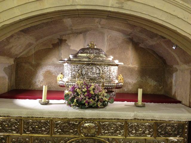 Urna que contiene los restos de los santos niños Justo y Pastor, martirizados allí mismo en el siglo IV. FOTO: J.M.G.