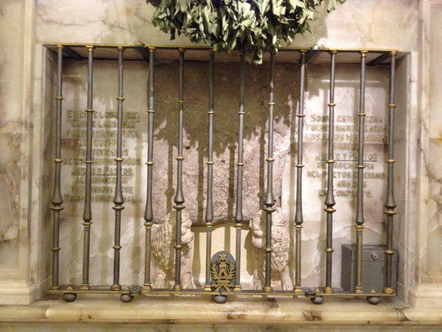 Esta es la piedra sobre la que la tradición dice que fueron martirizados los dos hermanos. FOTO: J.M.G.