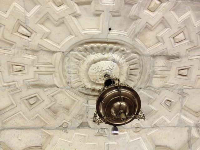 Dos detalles de la espléndida bóveda que cubre este lugar tan íntimo de la catedral magistral complutense. FOTO: J.M.G.