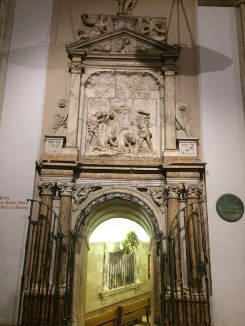 Magnífica puerta renacentista de acceso a la cripta desde el sur. FOTO: J.M.G.