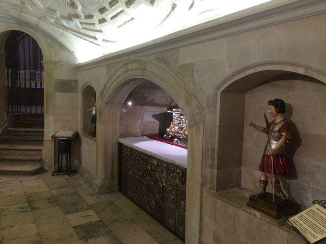 Vista del interior, con el arcosolio que acoge el frontal de altar sobre el que se halla la urna, en el muro oriental. A ambos lados están sendas esculturas de los santos niños. FOTO: J.M.G.