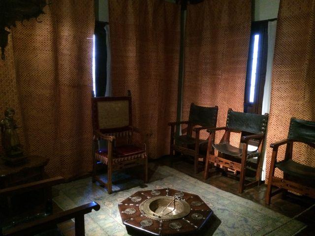 Sala para recibir a las visitas, con sillones de madera con brazos al estilo frailuno y en el centro, un gran brasero. Las paredes se cubren con colgaduras. FOTO: J.M.G.