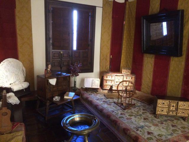 Detalle de la sala del estrado, donde las mujeres se reunían para charlar, coser, rezar, leer o tocar instrumentos. FOTO: J.M.G.